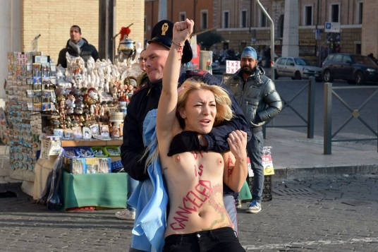 La militante a commenc  courir en direction de la place Saint-Pierre mais a t immdiatement entoure par une vingtaine de policiers.