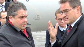 Gabriel (l.) bei seiner Ankunft in Moskau.