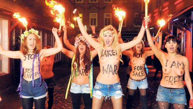 Nackt-Aktivistinnen protestieren gegen kuflichen Sex: Busen-Demo durch die Herbertstrae