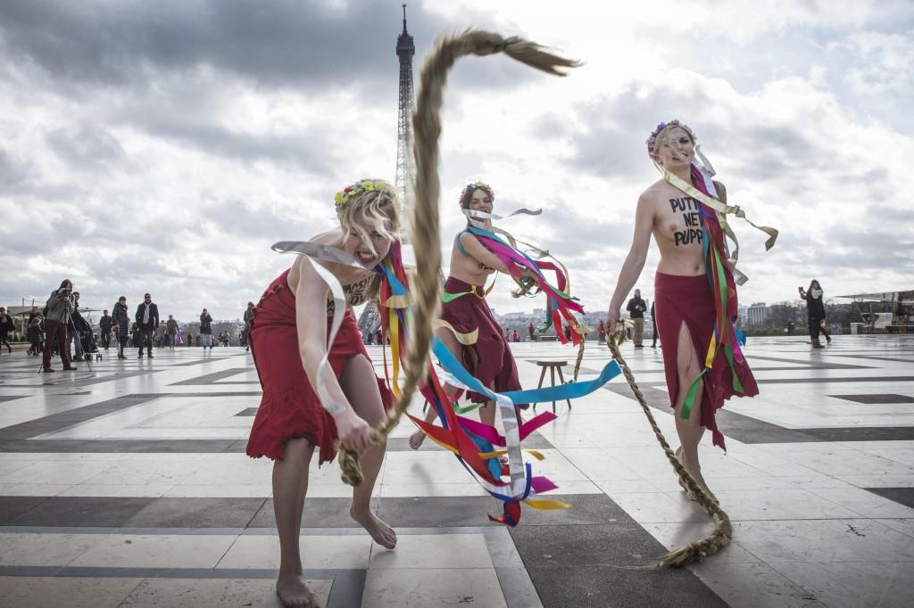 Femen a seno nudo per l'Ucraina sotto la Torre Eiffel06