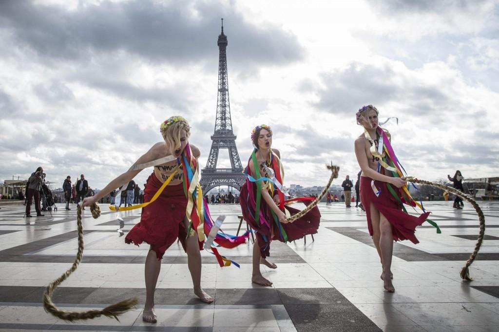 Femen a seno nudo per l'Ucraina sotto la Torre Eiffel04