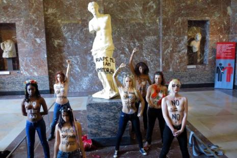 Sept militantes du mouvement féministe Femen ont manifesté seins nus mercredi au musée du Louvre à Paris, devant la Venus de Milo, pour soutenir la jeune Tunisienne