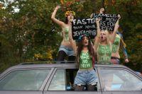 Femen a seno nudo a Berlino per il diritto alla guida delle donne saudite