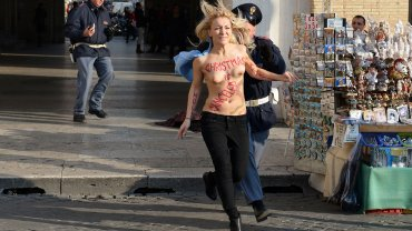0010497520 Activista de Femen se desnuda en la plaza de San Pedro por el aborto