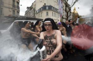 Les gentilles Femen aspergent une poussette