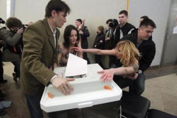 Polonahé demonstrantky z ukrajinské skupiny Femen udeřily i během ruských prezidentských voleb, a to přímo v moskevské volební místnosti, kde o chvíli dříve hlasoval premiér Vladimir Putin.