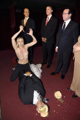歐洲女權團體Femen成員,5日闖入巴黎Grevin蠟像館,作勢刺殺俄羅斯總統普亭蠟像。(法新社)