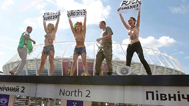 Ativistas do Femen protestaram neste domingo antes do jogo em Kyiv