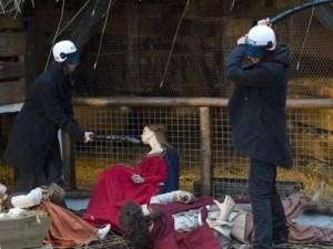 Manganellate contro Gesù bambino: le Femen assaltano il presepe a Bruxelles.