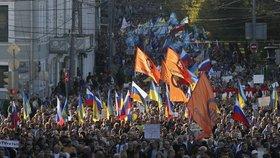 Pod ruskými a ukrajinskými vlajkami šlo centrem města až dvacet tisíc lidí.