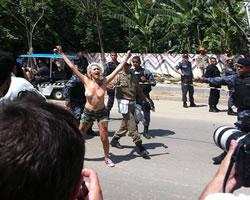 Caso aldeia Maracanã: Ativista do Femen tira a camiseta e é atropelada