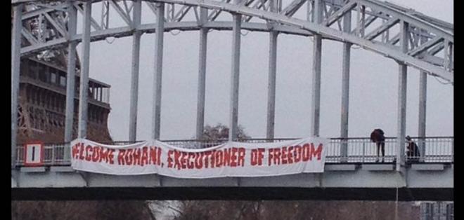 Activista se cuelga de un puente para protestar contra el presidente de Irán shaune fraser
