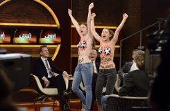 Und plötzlich stehen zwei Nackte auf der Bühne: Femen-Aktivistinnen bei Markus Lanz. Foto: Markus Hertrich/ZDF