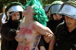 Eine Femen-Aktivistin wird an der Siegessäule in Berlin von der Polizei festgenommen.  Sie hatte gegen den Besuch von US-Präsident Obama demonstriert. In die Nähe des US-Präsidenten kamen die beiden Aktivistinnen freilich nicht. Foto: dpa