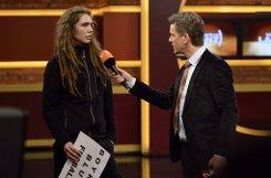 Moderator Markus Lanz spricht mit einem Aktivisten, der mit zwei teils unbekleideten Frauen in der Sendung gegen die Fußball-WM-Gastgeber Katar demonstriert hatte. Foto: Markus Hertrich/ZDF