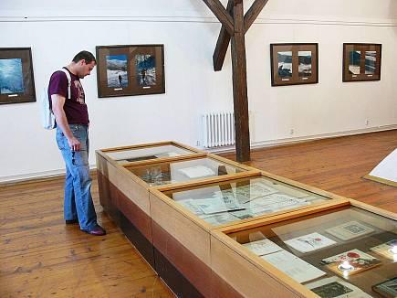 Návštěvníci si mohou v Muzeu Fojtství prohlédnout nejen fotografie, ale také historické mapy. Autor: Deník/ Jana Hromočuková