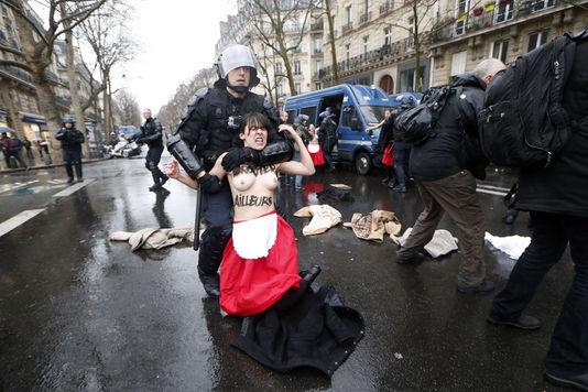 Des membres des Femen sont intervenues en marge de la manifestation Jour de colère qui s'est déroulé à Paris, le 26 janvier.
