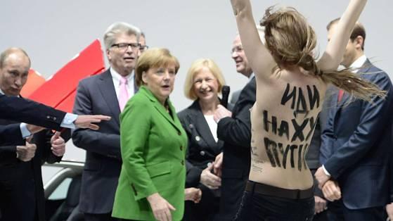 Polizeibeamte nehmen eine der Femen-Aktivistinnen vor dem Kanzleramt in Gewahrsam