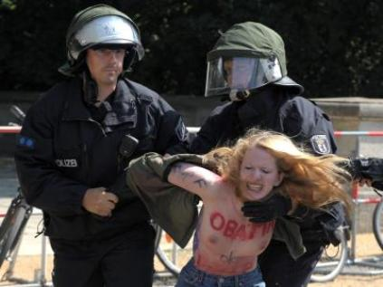Femen-Aktivistin wird von der Polizei festgenommen