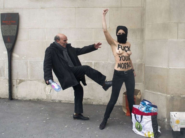 Galerie - Action des Femen devant la Grande Mosque de Paris - 3 avril 2013