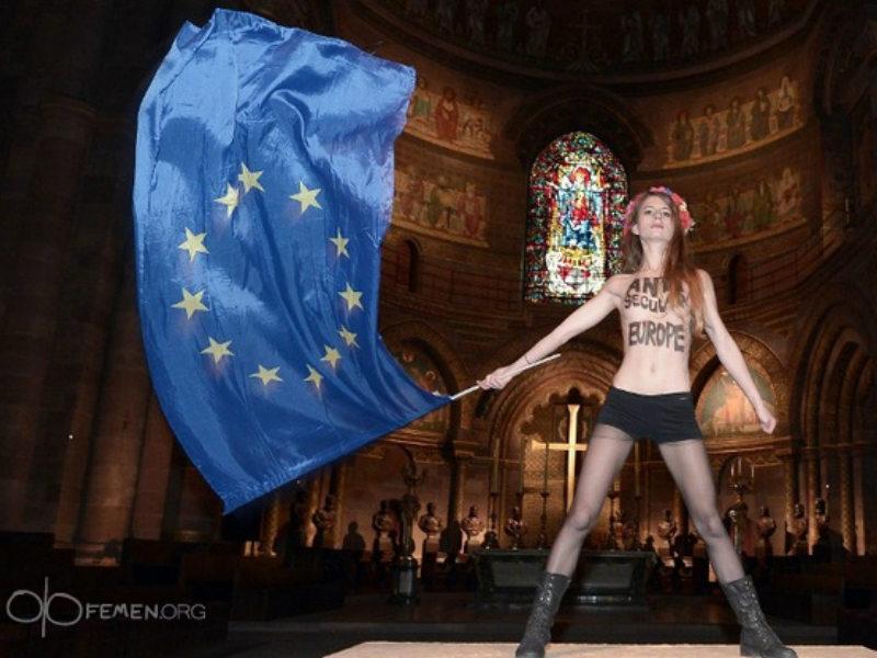 FEMEN protest mot påvens besök i Strasbourg (2014)
