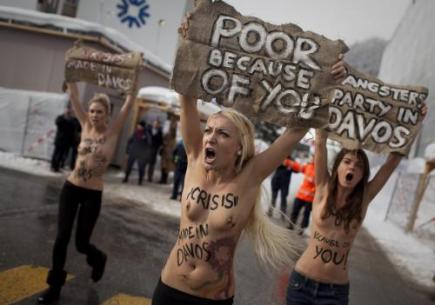 Tři ukrajinské demonstrantky, které chtěly během Světového ekonomického fóra v Davosu upozornit na osud chudých lidí tím, že se do pasu odhalily, zadržela švýcarská policie.