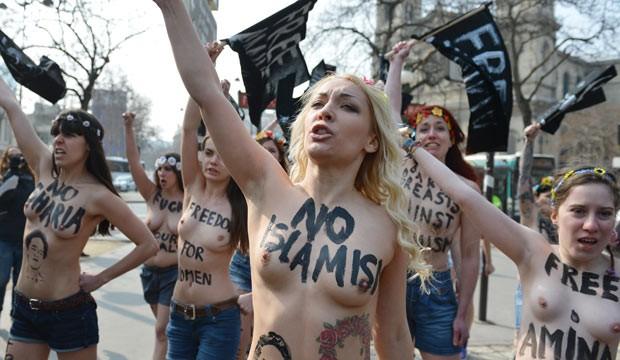 Inna Shevchenko, ao centro, durante protesto em 4 de abril em Paris (Foto: AFP)