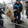 Γυμνόστηθες ακτιβίστριες εναντίον αστυνομικών δυνάμεων στο Νταβός [βίντεο, εικόνες]
