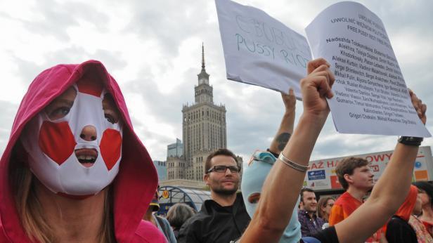 Demonstrace na podporu Pussy Riot ve Varšavě