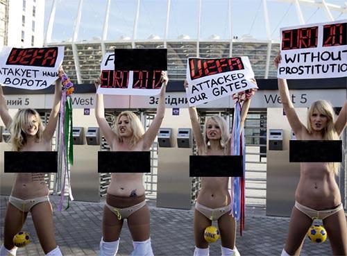 """Khỏa thân phản đối """"bóc bánh trả tiền"""" tại Euro 2012, Bóng đá, euro 2012, mai dam, femen, bong da, ukraine, phu nu, coi, bao"""