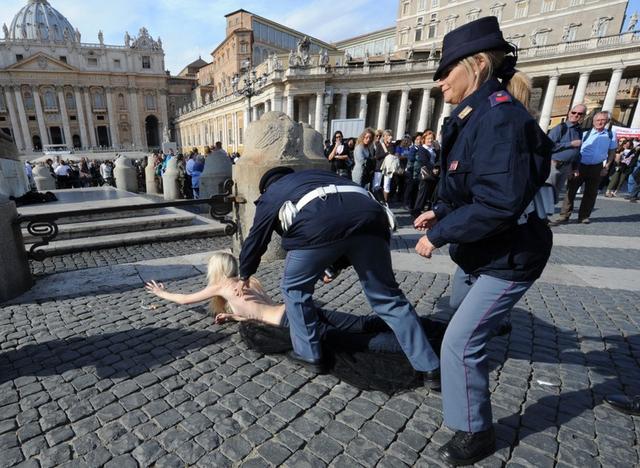 Chciały pokazać piersi papieżowi