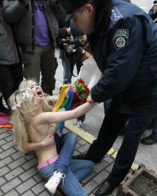 Femen organiza protestas en distintas capitales europeas, y planea extenderlas a otros continentes.