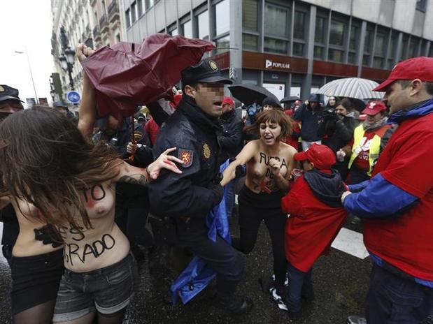 Mis normas, mi cuerpo y Libertad para abortar, son algunas de las consignas que gritaron las activistas de Femen. Foto: EFE en español