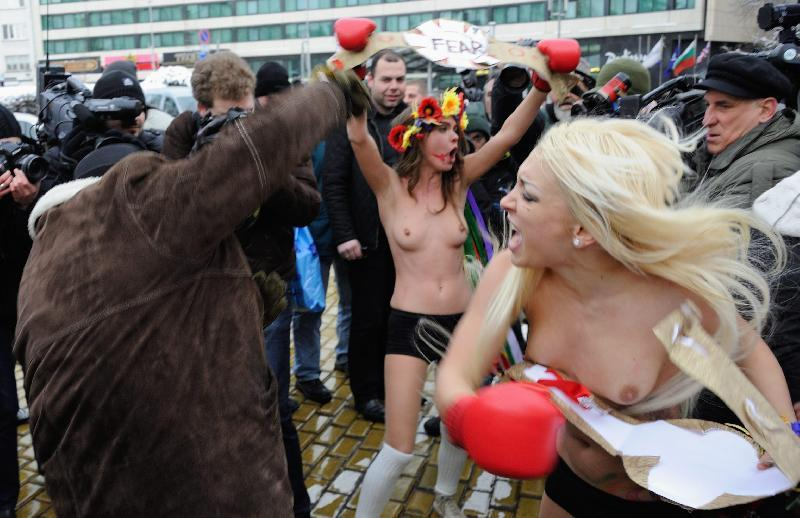 Sofia: Femen, protesta a seno nudo contro Putin