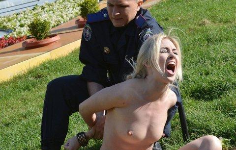 Na náměstí v Kyjevě proběhly kvůli aktivistkám z FEMEN přímo manévry