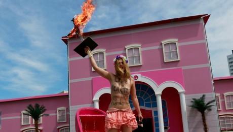 Femen-Aktivistin Klara M. (22) steht mit dem brennenden Kreuz im Barbie-Brunnen