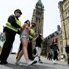 Deux militantes du groupe Femen, seins nus et scandant des slogans, se sont invites pendant le discours du cardinal et archevque de Qubec, Grald Cyprien Lacroix.