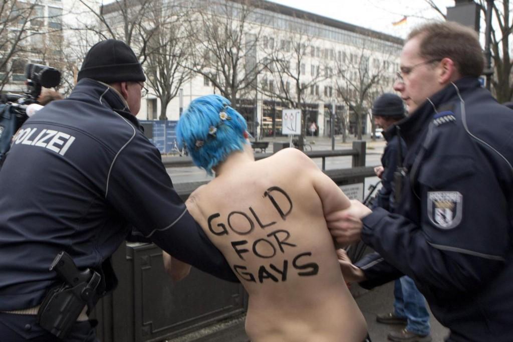 Inna Shevchenko e le Femen in topless al Festival di Berlino03