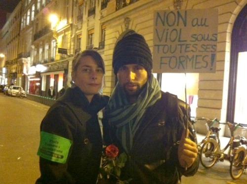 Vincent, une rose à la main, et son amie