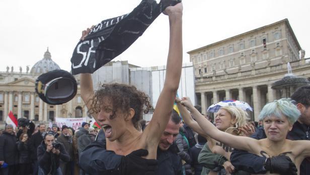 Protest ve Vatikánu za homosexuální sňatky