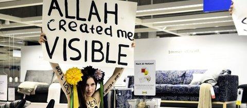 Femen-Protest bei Ikea