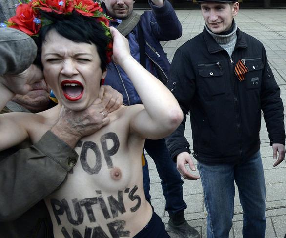 Γυμνόστηθη διαμαρτυρία από τις Ουκρανές ακτιβίστριες Femen στην Κριμαία! (pics+video)