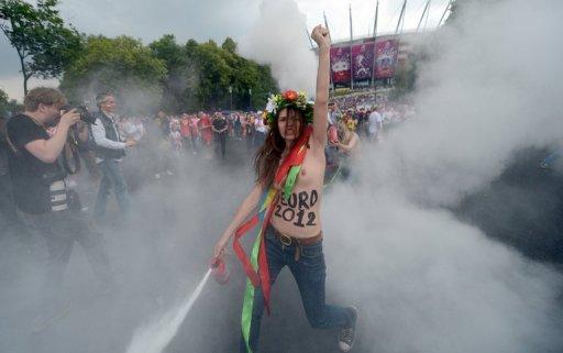 Ativistas feministas do grupo ucraniano Femen protestaram seminuas nesta sexta-feira em Varsóvia para denunciar o aumento da prostituição nos países organizadores da Eurocopa-2012 (Aris Messinis/AFP Photo)