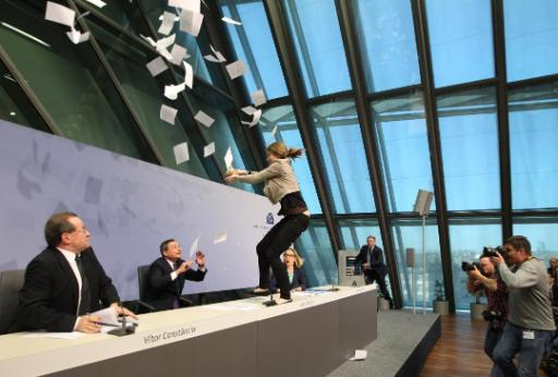Femen-activiste valt Mario Draghi aan tijdens persconferentie ECB
