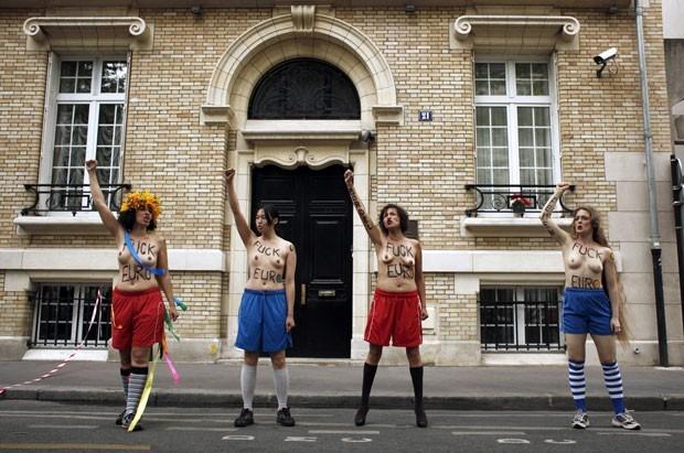 Ato de protesto foi realizado em frente à Embaixada da Ucrânia em Paris (Foto: Guillaume Baptiste/AFP)