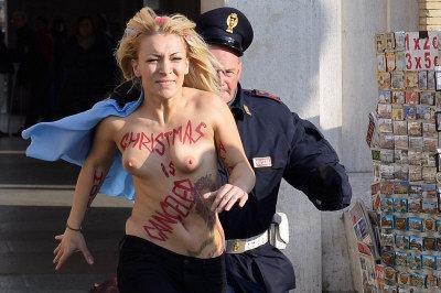 烏克蘭女權運動領袖謝芙岑柯19日在梵蒂岡聖伯多祿廣場附近袒身露體,被警察追捕。(法新社)