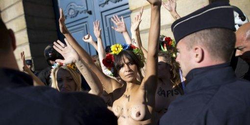 Les militantes de Femen ont protesté seins nus face aux forces de l'ordre devant le ministère de la Justice.