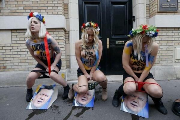 Femen pissing