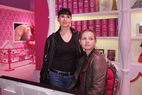 """Skeptische Blicke: Die Femen-Aktivistinnen Irina Khanova (links) und Klara Martens schauen sich im """"Barbie Dreamhouse"""" um"""