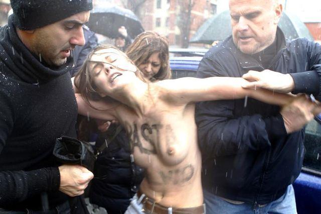 Leibchen rauf, Leibchen runter: Femen-Protest gegen Berlusconi in Mailand. (24. Februar 2013)